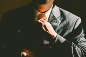 איש לובש חליפה ועניבה